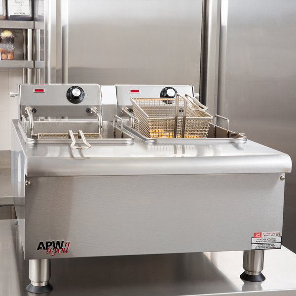 APW Wyott HEF-30 Heavy Duty 30 lb. Electric Commercial Countertop Deep Fryer - 230V Main Image 16