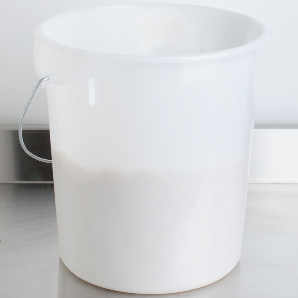 Rubbermaid FG572900WHT 22 Qt. White Round Food Storage Container With Bail