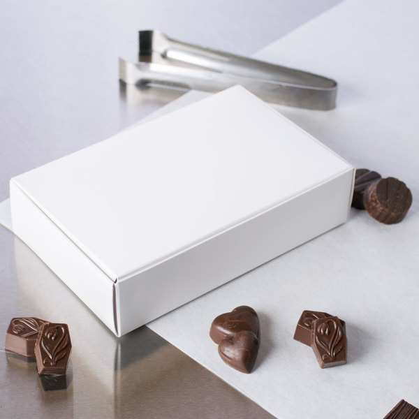 "7 1/4"" x 4 5/8"" x 1 3/4"" White 1 1/2 lb. 1-Piece Candy Box - 25/Pack"