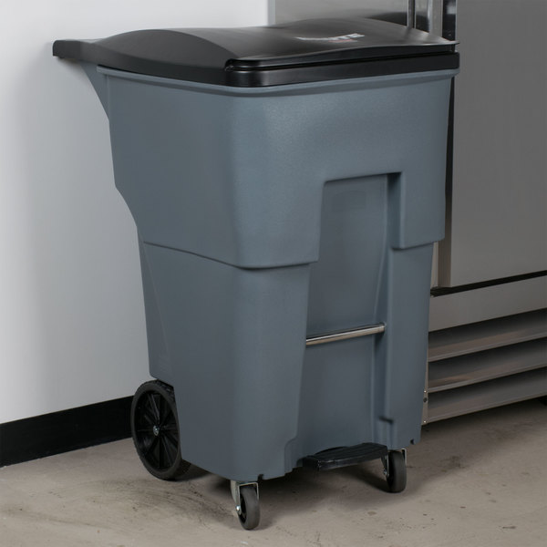 Rubbermaid 1971997 Brute 95 Gallon Gray Step-On Rollout Container with Lid and Casters