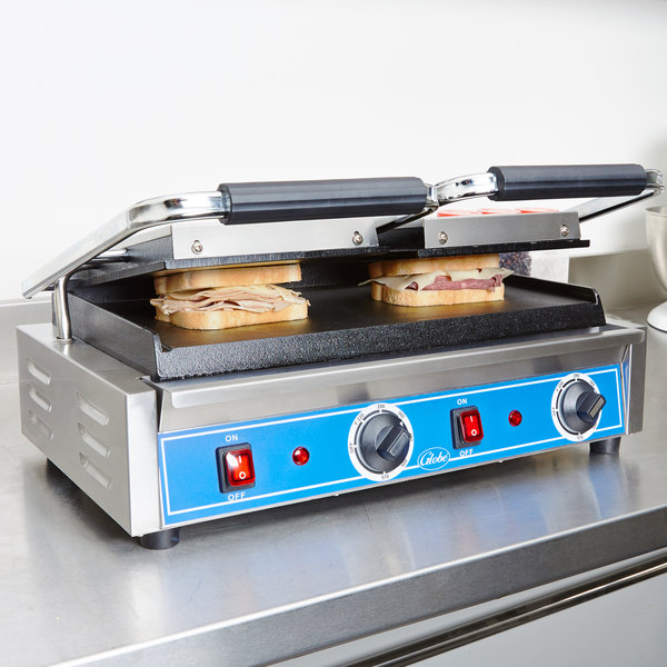 "Globe GSGDUE10 Bistro Series Double Sandwich Grill with Smooth Plates - 20"" x 10"" Cooking Surface - 208/240V, 3200W"