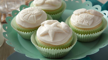 Wilton: How to Use a Fondant Mold to Make Frozen Buttercream Cupcake Toppers
