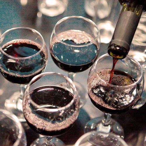sumiller vertiendo vino