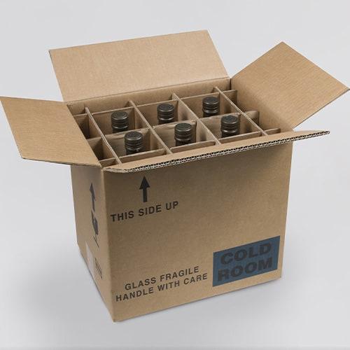 Fuera de una caja de envío llena de botellas de vino.
