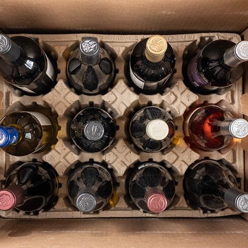 Dentro de una caja de envío llena de botellas de vino.