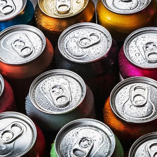 Filas de bebidas enlatadas