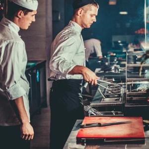 Line Cook aprendiendo de Sous Chef