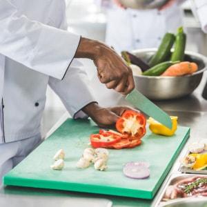 Un chef de verduras preparando verduras.